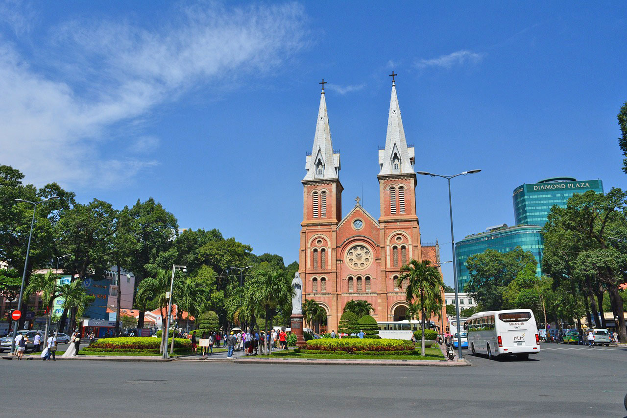Intro-to-Saigon-intro-tours-and trips-in-Ho-chi-minh-city-private-tour-group-tours-with-locals-foodie-tours-and-culinary-experiences-historical-sites-Saigon-Post-Office-Notre-Dame-Church IntroTrip